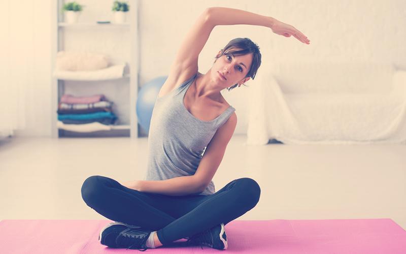 Mujer practicando yoga para la espalda