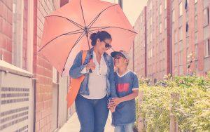 Mujer e hijo paseando en su vivienda