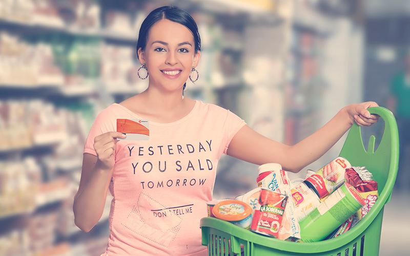 Afiliada a Compensar haciendo uso de la tarjeta Compensar en una tienda cerca de su casa.