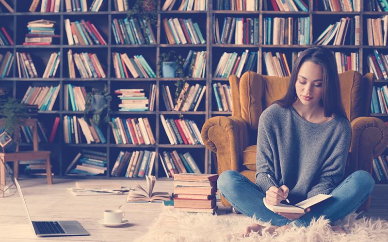 Mujer leyendo un libro en la sala