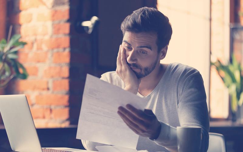 Hombre preocupado mirando un documento
