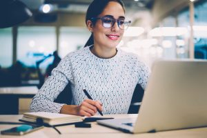 Mujer colombiana estudiando virtualmente