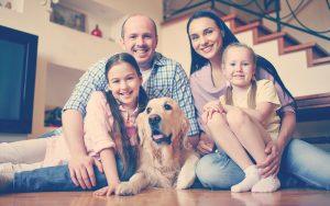 Familia con una mascotas en casa