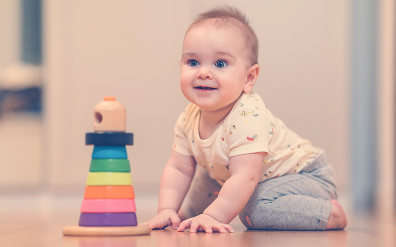 un bebé de nueve meses gateando