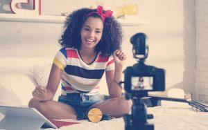 Mujer afrocolombiana grabando un video frente a una cámara