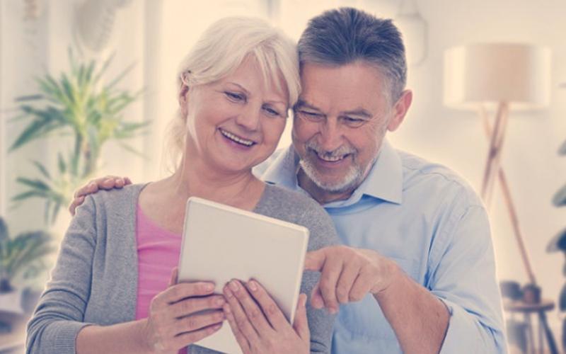 Personas mayores divirtiéndose en Internet