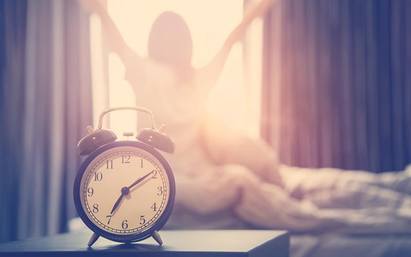 Mujer despertándose en la mañan