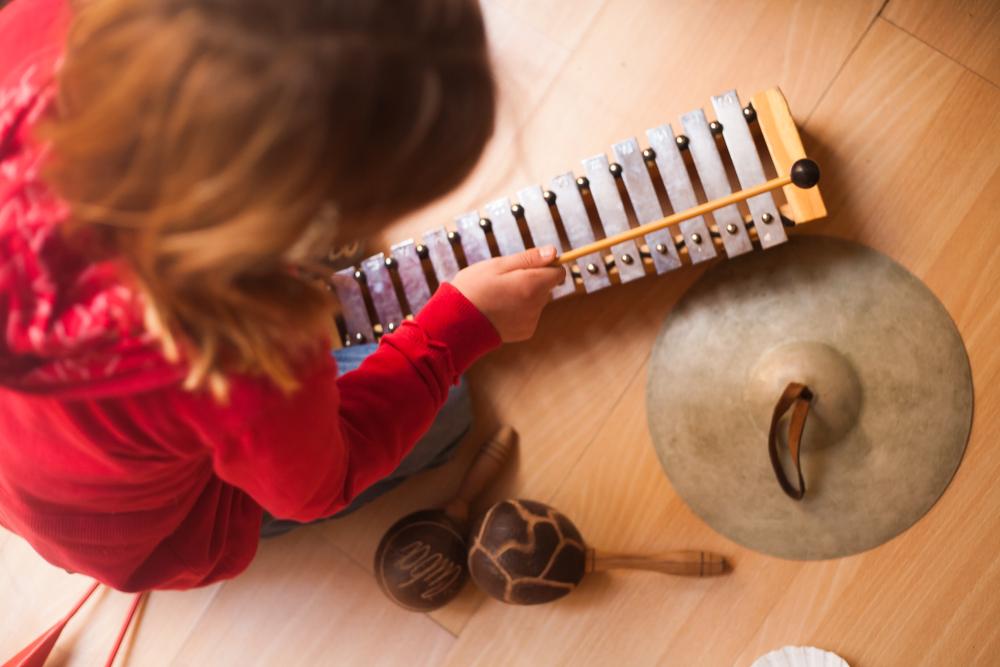 Niña tocando un instrumento musical