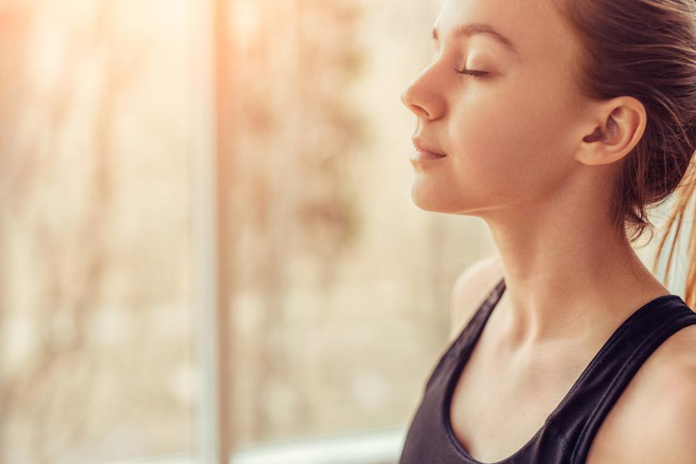 Mujer realizando una respiración profunda