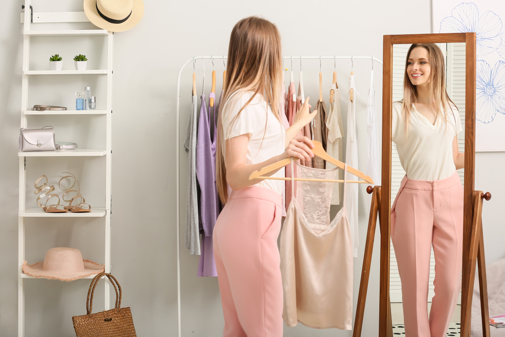 Mujer probándose una ropa elegante