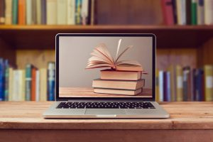 Pantalla de computador visualiza libros