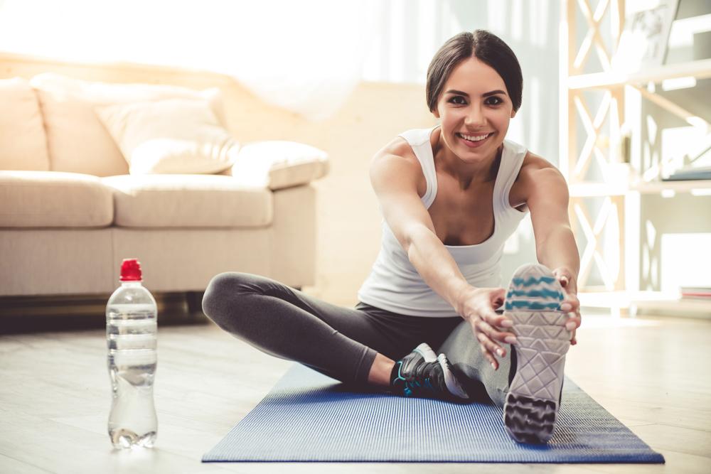 Mujer realizando ejercicio en casa