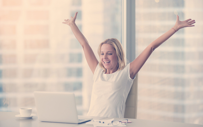 Mujer trabajando feliz y motivada