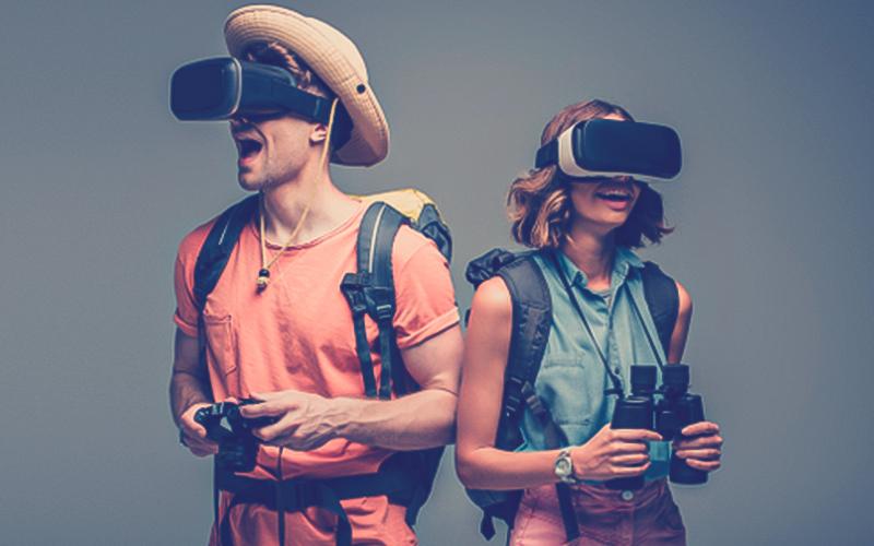 Viajeros haciendo turismo virtual