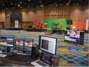 Computadores en un evento virtual organizado por Compensar