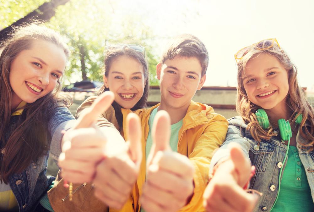 Grupo de amigos mostrando sus dedos pulgares