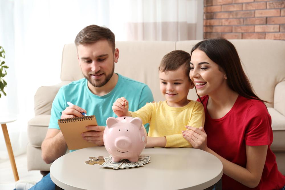 Familia ahorrando para lograr un propósito