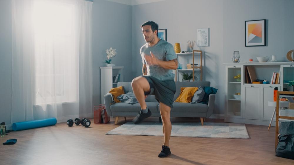 Hombre en casa realizando ejercicio