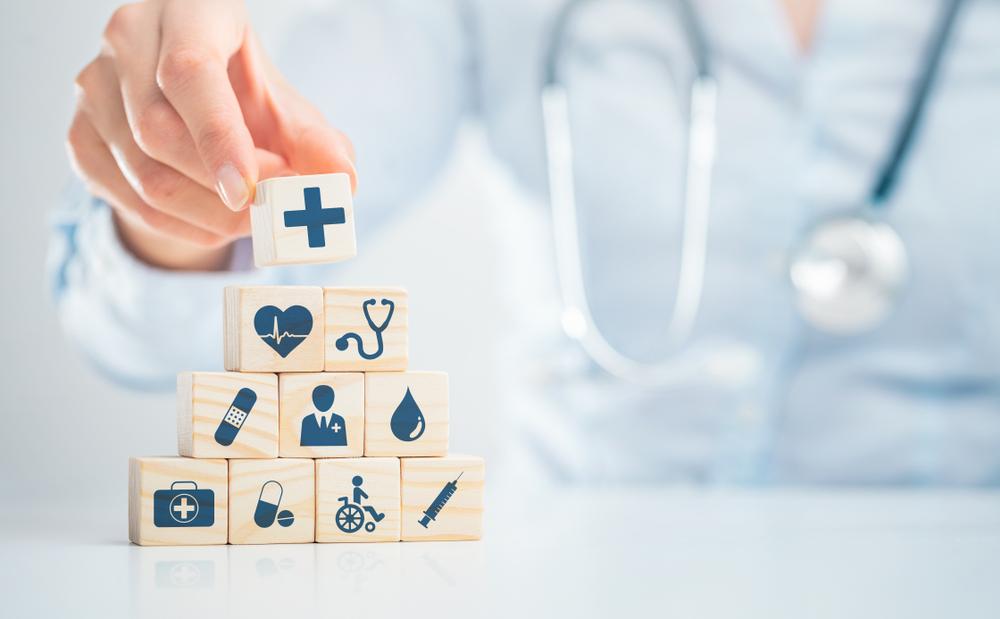Doctor mostrando un icono de salud