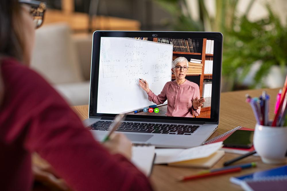 Mujer tomando una clase online