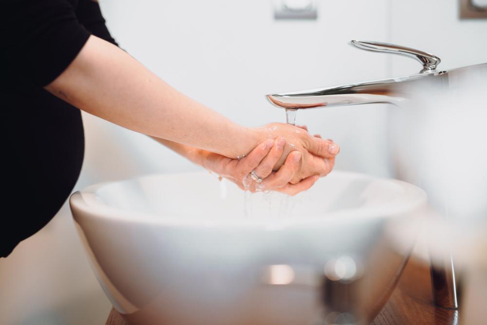 Concepto de atención de la salud de las personas. Higiene y desinfección de las manos en casa. mujer embarazada de niño, caucásico