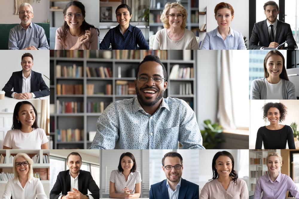 Personas comunicándose en una reunión virtual