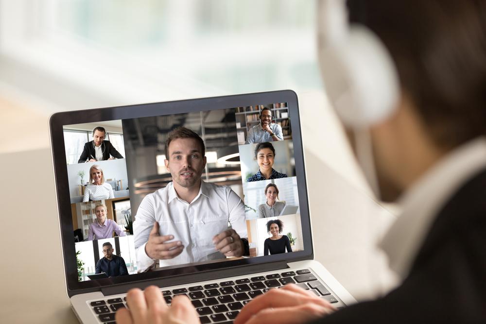 Hombre con audífonos en una reunión virtual