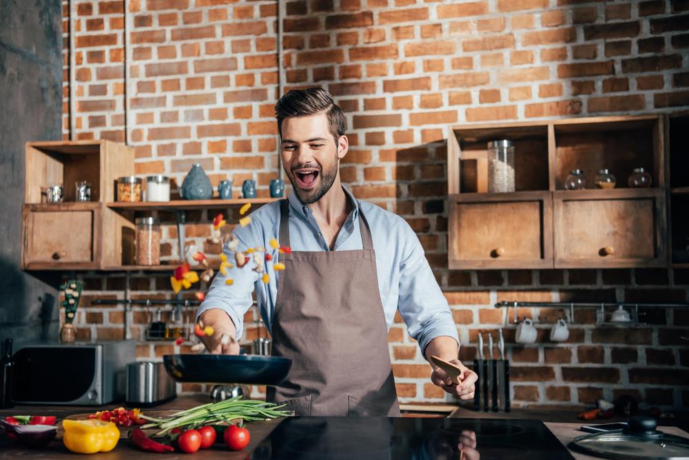 Hombre cocinando verduras al wok