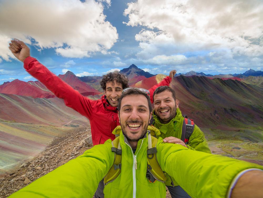 Grupo de amigos tomándose una foto en Perú
