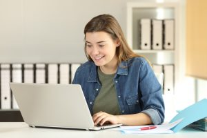 Mujer tomando una clase virtual en su computador