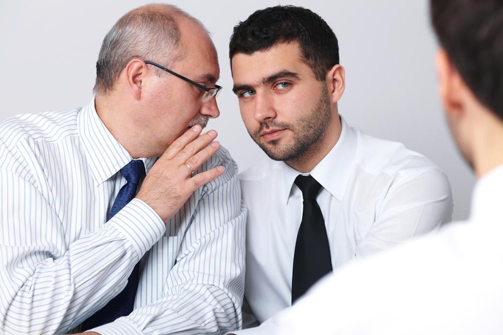 Hombre hablando mal de otra persona