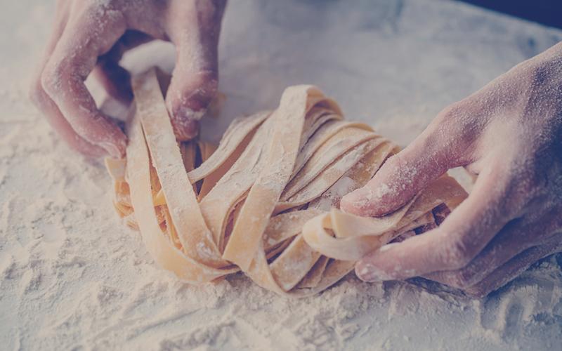 manos de una persona amasando una pasta