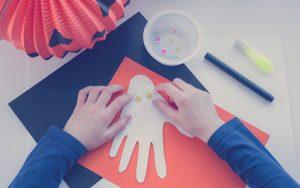 Niños realizando una manualidad para el mes de octubre