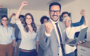 Líder feliz y motivado de su grupo de trabajo