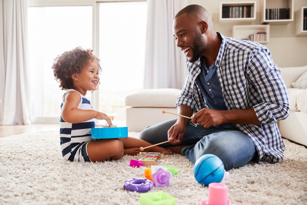 Papá e hija tocando instrumentos musicales