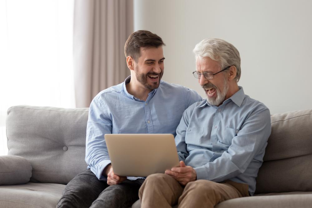Padre e hijo en una conferencia virtual