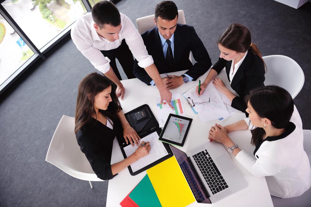 Grupo de jóvenes empresarios felices en una reunión en la oficina