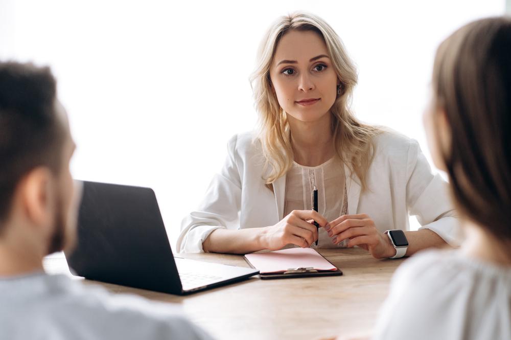 La supervisora tiene una reunión con su equipo de negocios en la oficina
