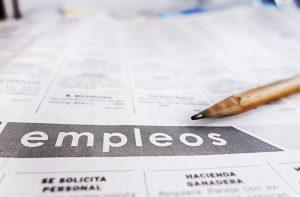Periódico que muestra clasificados de empleo