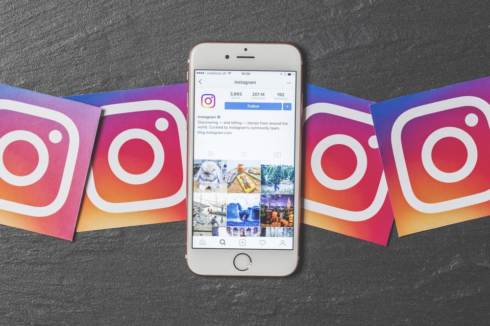 celular junto con el logo de Instagram para empresas
