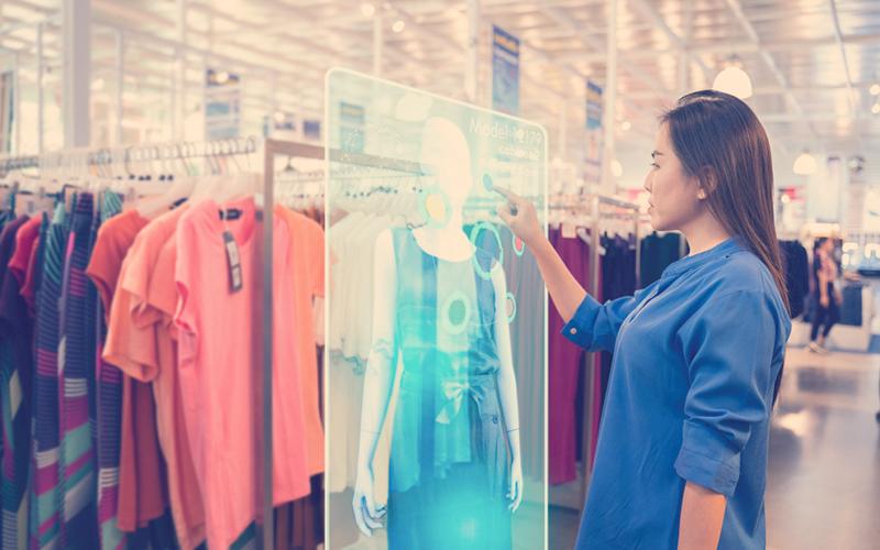 mujer comprando mediante inteligencia artificial