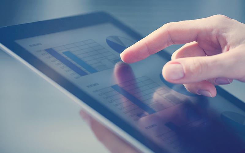 Mano de una persona tocando una tablet