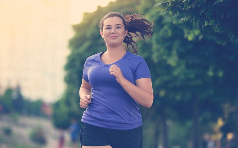 Mujer con obesidad ejercitándose