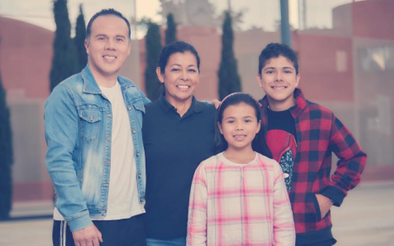 Familia colombiana en las instalaciones de Compensar