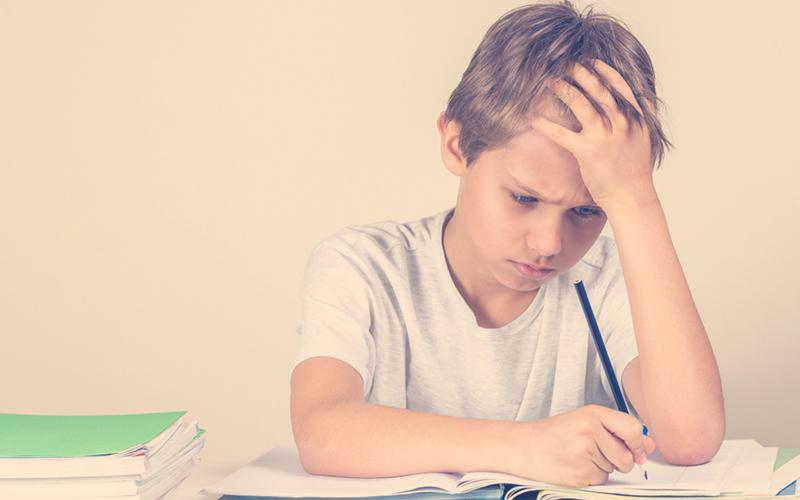 niño estresado mientras escribe