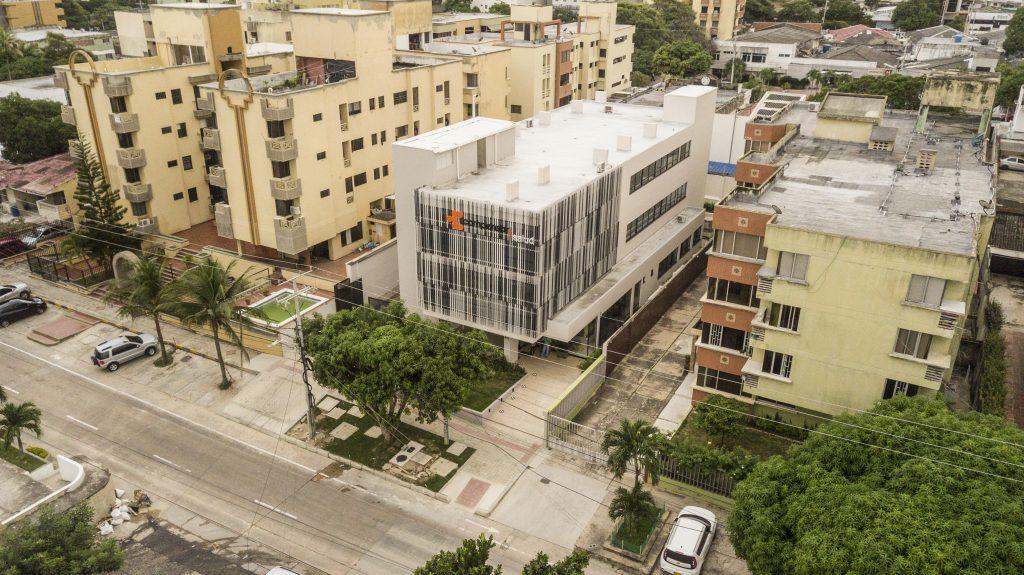 Fachada de la primera sede de Compensar Salud en Barranquilla