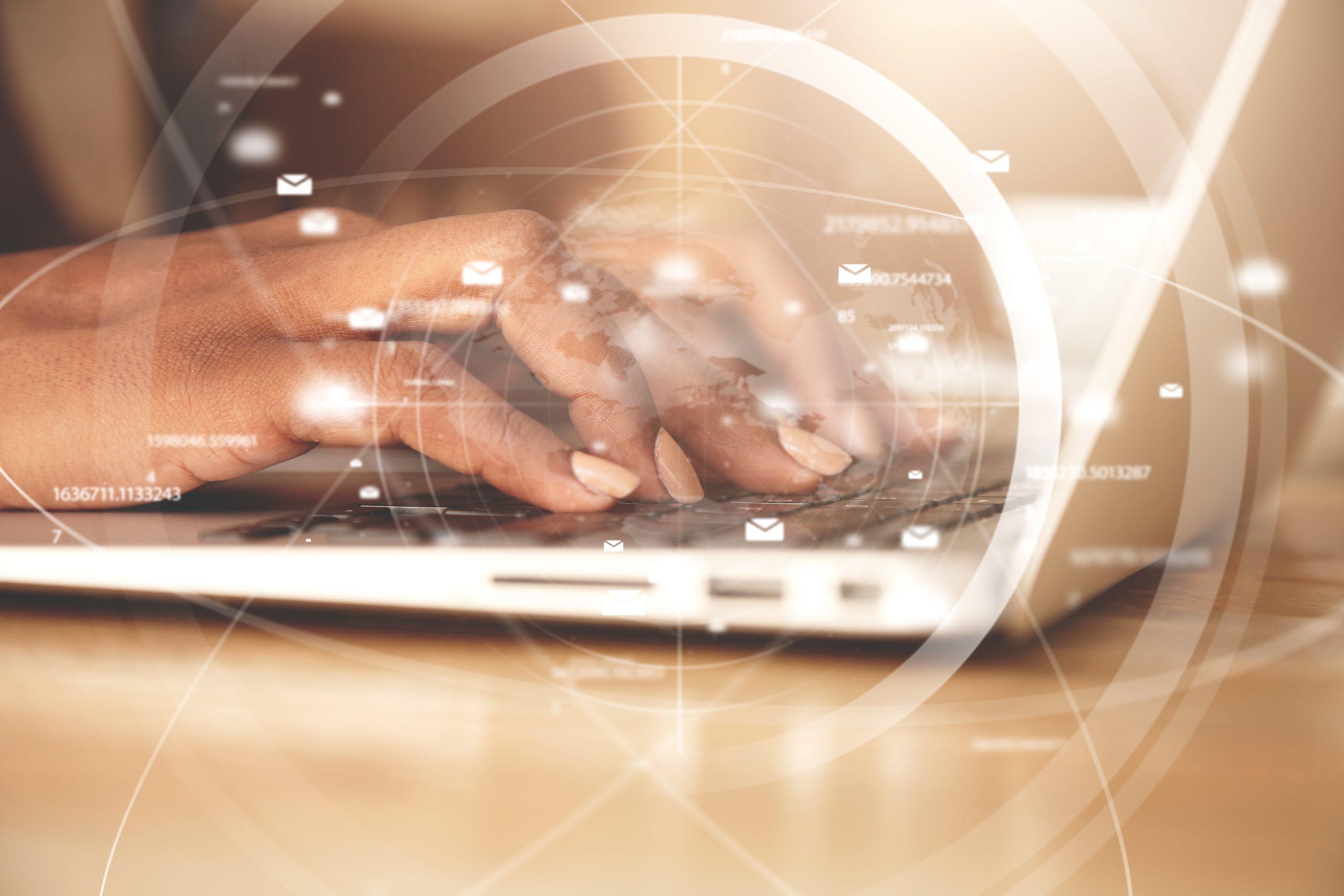 Mujer tecleando en un computador portátil