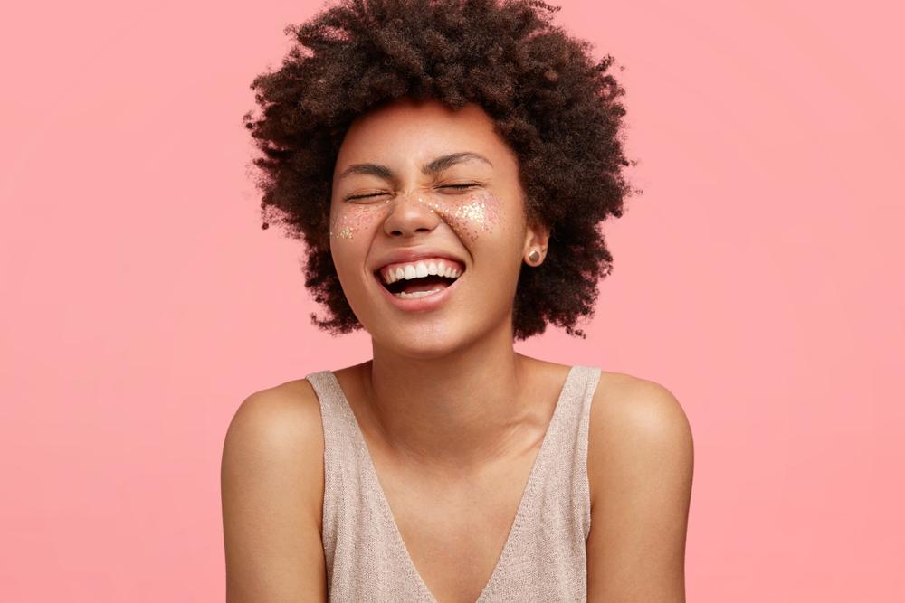 Mujer afroamericana sonriendo