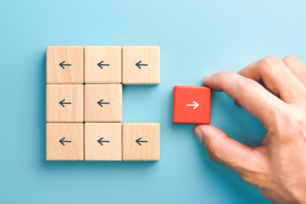 hombre de negocios elige bloques de madera roja con flecha individual