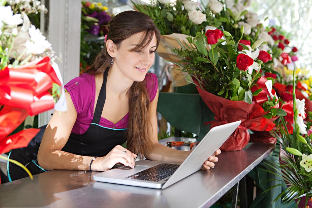 Mujer realizando trámites en línea
